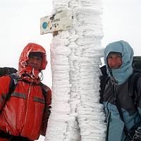 Na vrcholu Ostriedku (1592 m) - Tom a Koudy. Vichr a nulová viditelnost.