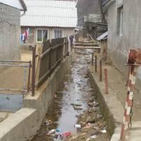 Rumunská ves Padina Matei a hromady odpadlů