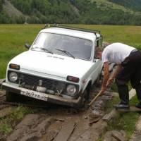 Kavkaz, auto zapadlé v blátě