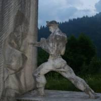 Socha dělníka na přehradě Mavrovo