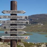 Alesjarue, rozcestí a vzadu sámská osada