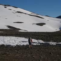 Výstup do zasněženého sedla Tjaktja