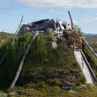 Sámská chatrč z březových větví, pokrytá březovou kůrou a zakrytá drny
