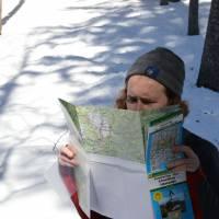 Čenda zkoumá mapu