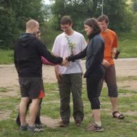 Lenka s Radkem vyhráli ringo a přijímají gratulace