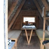 Otevřená a přístupná chatička Kvilebu Bauge, přesto se za nocleh platí (např. do kasičky či z domů na účet), seveřani systém nesneužívají