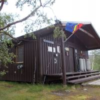 Chaty Kisuris a sámská vlajka