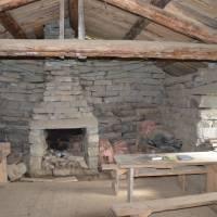 Chatička Steinbua na břehu Bjolla postavená tradičními postupy - jen kameny na sebe + malé= okénko s jednoduchých sklem