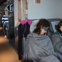 Noční vlak Trondheim - Oslo; každý i když jede na sezení nafasuje přikrývku, pásku na oči a šputny do uší