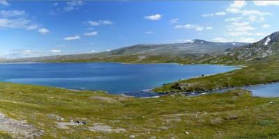 Osvícené jezero na břehu Bjolla