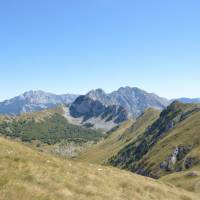 Na hřebenu Zelengora (Uglješin vrch) - výhled na Maglić (vlevo) a Volujak (uprostřed)