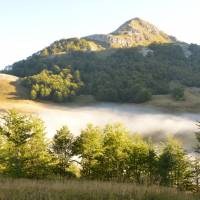 Zelengora: ranní mlha nad Orlovačko jezerem