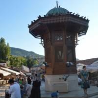 Sarajevo: úplný střed města fontána Sebilj na náměstí Baščaršija