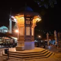 Sarajevo: fontána Sebilj v centru náměstí  Baščaršija v noci