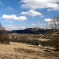 Nad vsí Chvojnica, vzadu kopec Žalostnina; obrázek jsem dal na Wikipedii pod licencí  licenci Creative Commons, https://commons.wikimedia.org/wiki/File:Chvojnica,jpg.jpg