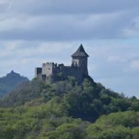 Hrady Šomoška, vzadu hrad Salgo (v detailu)