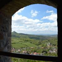 Z hradu Šomoška pohled na maďarskou ves a hrad Šalgo