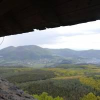 Z hradu Šalgo (Maďarsko), vzadu Karanč, nejvyšší hora Cerové vrchoviny ležící na slovensko-maďarské hranici