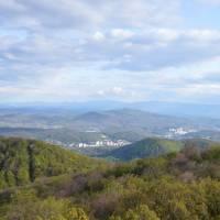 Z vyhlídky na kopci Karanč do Maďarska, vzadu pohoří Matra s nejvyšší horou Maďarska Kékes