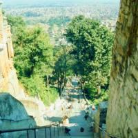 Káthmándú - pohled na město ze Swayabbhunathu (na schodech k vidění opice)