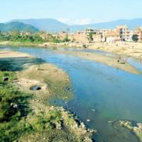 Řeka Bišnumati v Káthmándú s prasaty a krávami