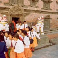 Centrum Káthmándú - náměstí Durbar, studenti v uniformách