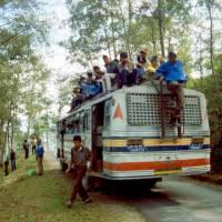 Cestou z autobusu Káthmándú-Jiri, zastávka na výměnu pneumatiky (a toaletu)