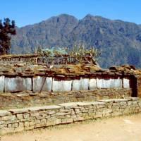 Modlitební zdi cestou do sedla Lamjur La