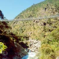 Starý a nový vysutý most přes řeku Dudh Kosi