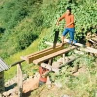 Ruční výroba prken z trámů