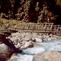 Most pře Dudh Kosi (vlevo Ifča a Ježek)