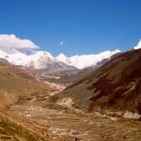 Letní osada Dingboche, vzadu Imja Tse a tibetská hranice