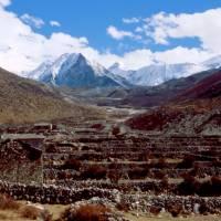 V letní osadě Dingboche, vzadu Imja Tse a tibetská hranice