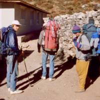 Ježek (vlevo) a dočasný ústup z vysoké nadmořské výšky