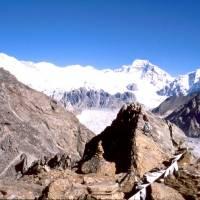 Na Gogyu Peaku (5 350 metrů), vlevo hora Cho Oyu