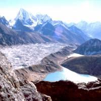 Z Gokyo Peaku: ledovec Ngozum a jezero a osada Gokyo