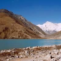 Jezero v letní osadě Gokyo, vlevo vzadu kopec Gokyo
