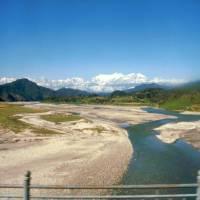 Cestou z autobusu do Pokhary, vzadu Annapurna a Manaslu