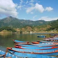 Pokhara, na břehu jezera Phewa Tal