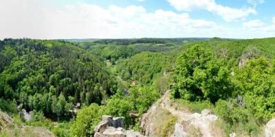 Ze zříceniny hradu Levnova, údolí Oslavky