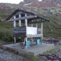 Chata Ciottulu di Mori, skoro u každé chaty je takové místo na vaření na plynu - v ceně kempovného