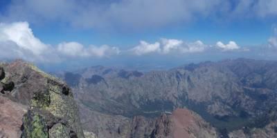 Na vrcholu Monte Cinto, pohled k severu