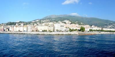 Bastia, panoráma města z odplouvajícího trajektu