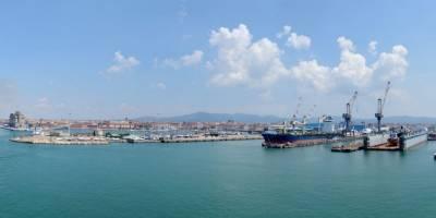 Pohled na Livorno z odplouvajícího trajektu