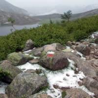 Údajně čarokrásné jezero Lac de Nino, nyní za deště; po bouřce a přívalu krup (asi 3 cm vrstva)
