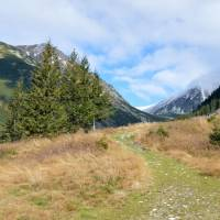 Račková dolina, vzadu asi hora Klín
