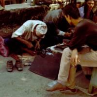 Káthmándú: pouliční opravář bot