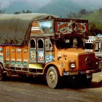 Cestou k Pokhaře: ozdobný náklaďák