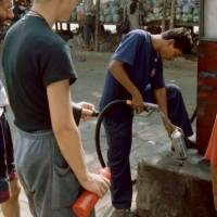 Čerpání benzínu potřebného pro náš benzínový vařič