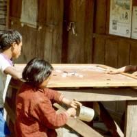 Nepálská mládež hraje velmi populární hru Karrom